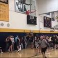 Arbitro consigue despegar la pelota del aro con fuerza increíble